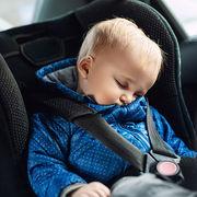Bébé en voiturePrise en main de plusieurs dispositifs de surveillance